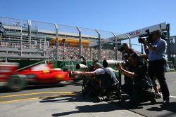 Des photographes prennent des photos de Felipe Massa, Scuderia Ferrari, F60