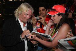Sir Richard Branson, CEO du groupe Virgin signe des autographes