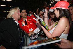 Sir Richard Branson, CEO du groupe Virgin Group, signe des autographes et prend des photos avec les fans