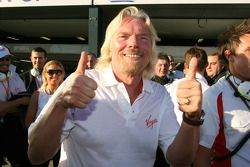 Sir Richard Branson, CEO du groupe Virgin Group, célèbre la pole position