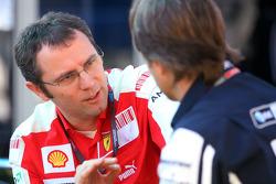 Stefano Domenicali, directeur sportif de la Scuderia Ferrari et Sam Michael, directeur technique de Williams