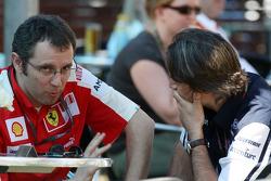 Stefano Domenicali, directeur sportif de la Scuderia Ferrari parle avec Adam Parr, Williams F1 Team