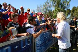 Sir Richard Branson, CEO du groupe Virgin Group signe des autographes