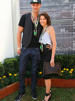 La chanteuse Danni Minogue avec son petit ami
