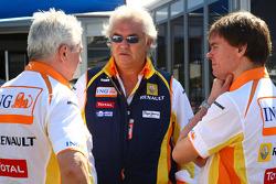 Flavio Briatore, directeur général du Renault F1 Team et son chef de l'ingénierie Pat Symonds