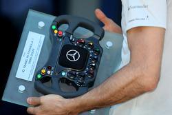 Pedro de la Rosa, pilote d'essais McLaren Mercedes, avec un volant offert pour ses dix années passées en Formule 1