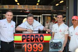Martin Whitmarsh, CEO de McLaren, Norbert Haug, directeur général de Mercedes Motorsport, Pedro de la Rosa, pilote d'essais McLaren Mercedes, avec un volant offert pour ses dix années passées en Formule 1 et Lewis Hamilton, McLaren Mercedes