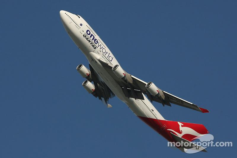 Quantas jumbo, 747, over the circuit