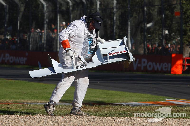 Немецкий пилот лишился шансов принести Force India первые в сезоне очки, когда, выезжая на трассу после пит-стопа на 27-м круге, попытался опередить Райкконена и остался без переднего крыла