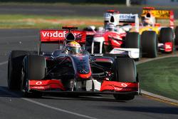 Lewis Hamilton, McLaren Mercedes, MP4-24 devance Jarno Trulli, Toyota Racing, TF109