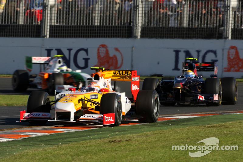 Nelson A. Piquet, Renault F1 Team, R29; Sebastien Buemi, Scuderia Toro Rosso