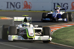 Rubens Barrichello, Brawn GP devance Kazuki Nakajima, Williams F1 Team, FW31