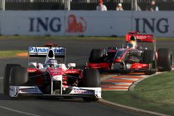 Jarno Trulli, Toyota Racing, TF109 devance Lewis Hamilton, McLaren Mercedes, MP4-24