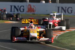 Fernando Alonso, Renault F1 Team, R29 devance Jarno Trulli, Toyota Racing, TF109
