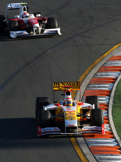 Fernando Alonso, Renault F1 Team, R29; Timo Glock, Toyota F1 Team, TF109