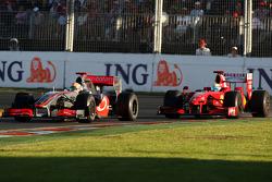 Lewis Hamilton, McLaren Mercedes, MP4-24 devance Felipe Massa, Scuderia Ferrari, F60