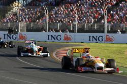 Fernando Alonso, Renault F1 Team devance Giancarlo Fisichella, Force India F1 Team