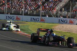 Sebastien Buemi, Scuderia Toro Rosso leads Rubens Barrichello, Brawn GP