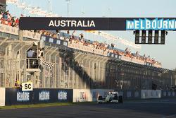 Jenson Button, Brawn GP, franchit la ligne d'arrivée