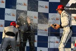 Podium : Ross Brawn utilise son trophée pour rester sec face à Rubens Barrichello et Jenson Button