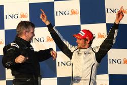 Podium : le vainqueur Jenson Button, Brawn GP, et son directeur général Ross Brawn