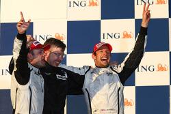 Podium : le vainqueur Jenson Button, Brawn GP, le deuxième Rubens Barrichello, Brawn GP et Ross Braw