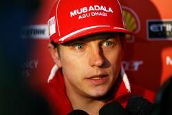 Kimi Raikkonen, Scuderia Ferrari, parle avec la presse après la course