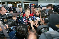 Sebastian Vettel, Red Bull Racing, parle avec la presse après la course