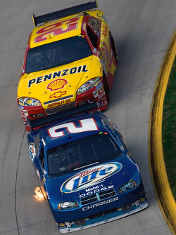 Kurt Busch, Penske Racing Dodge, Kevin Harvick, Richard Childress Racing Chevrolet