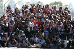Les photographes au travail durant la séance de photo des pilotes