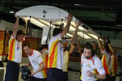 lighting gantry starts falling down Renault F1 Team