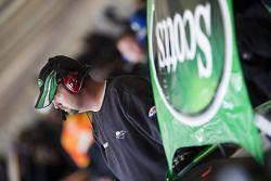 Un mécanicien de Scotts Ford travaille sur la voiture de course