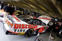 La Ford Discount Tire Ford de David Ragan attend dans son garage