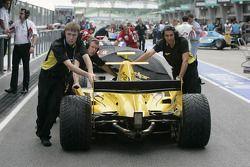 Les mécaniciens de David Price Racing poussent la monoplace dans la pitlane