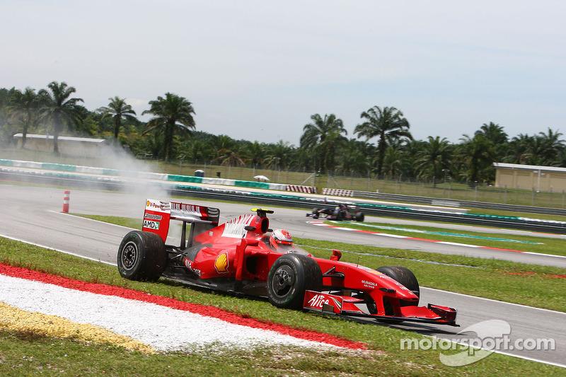 Совершенно иным было настроение в Ferrari. Команда выиграла три титула за два предыдущих сезона, но переход на новый регламент подкосил ее