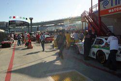 Les voitures en passe d'être examinées après la course