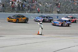 Un officiel de la NASCAR signale qu'il ne reste qu'un tour avant la fin