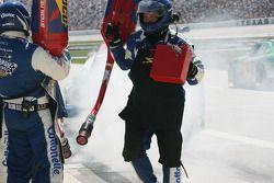 Jason Keller émerge de la fumée des pneus