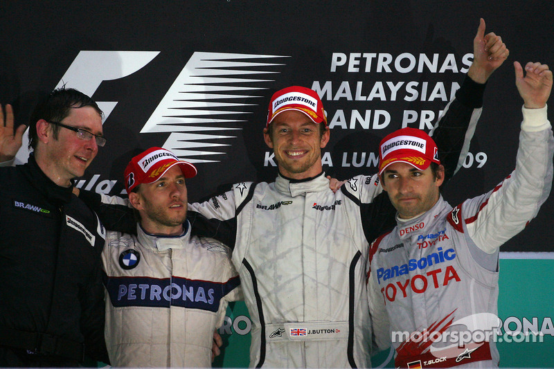 Podio: ganador de la carrera Jenson Button, Brawn GP; Nick Heidfeld, BMW Sauber F1 Team el segundo l