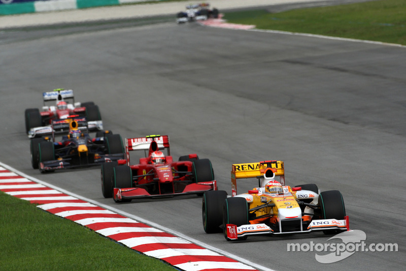 Fernando Alonso, Renault F1 Team, y Kimi Raikkonen, Scuderia Ferrari