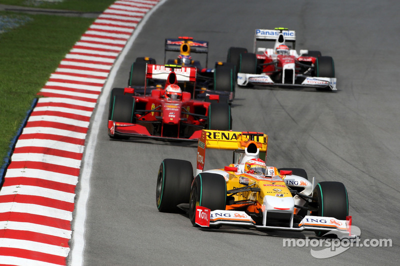 Fernando Alonso, Renault F1 Team y Kimi Raikkonen, Scuderia Ferrari