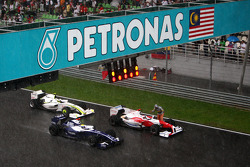 Race stopped due to rain ve Cars form up gridde, Nico Rosberg, Williams F1 Team, Jarno Trulli, Toyot