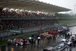 Race stopped due to rain ve Cars form up gridde