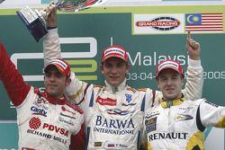 Vitaly Petrov célèbre sa victoire sur le podium avec Pastor Maldonado et Davide Valsecchi