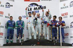 Podium LMP1 : les vainqueurs Jan Charouz, Tomas Enge et Stefan Mücke, deuxième place de Jean-Christo
