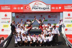 Podium: les vainqueurs Sébastien Loeb et Daniel Elena célèbrent avec l'équipe Citroen Total World R