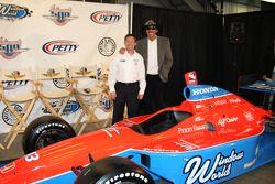 Richard Petty and John Andretti prennent la pose avec la Petty Blue