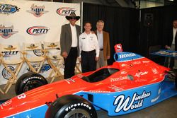 Richard Petty, John Andretti et Aldo Andretti prennent la pose avec la