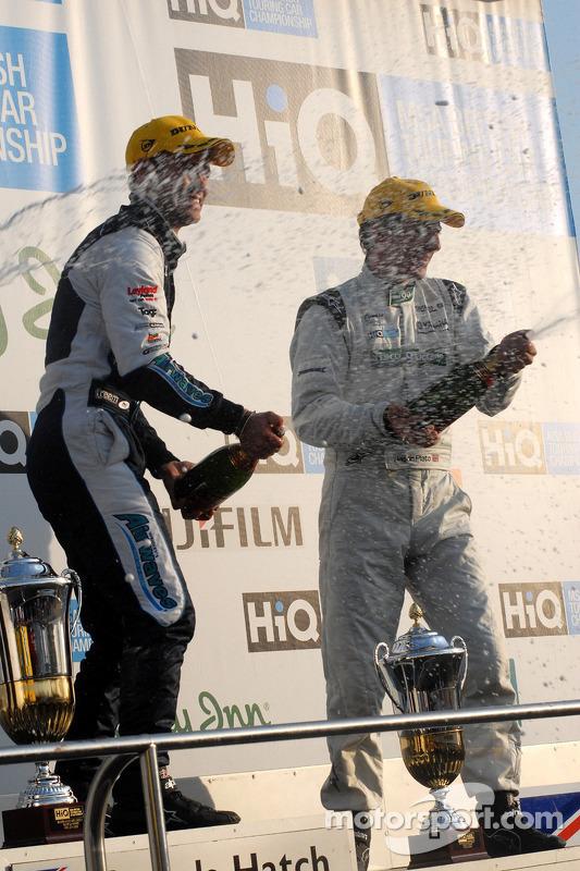 Adam et Plato sabrent le champagne