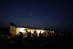 Les membres de l'équipe Renault préparent les R28 au petit matin